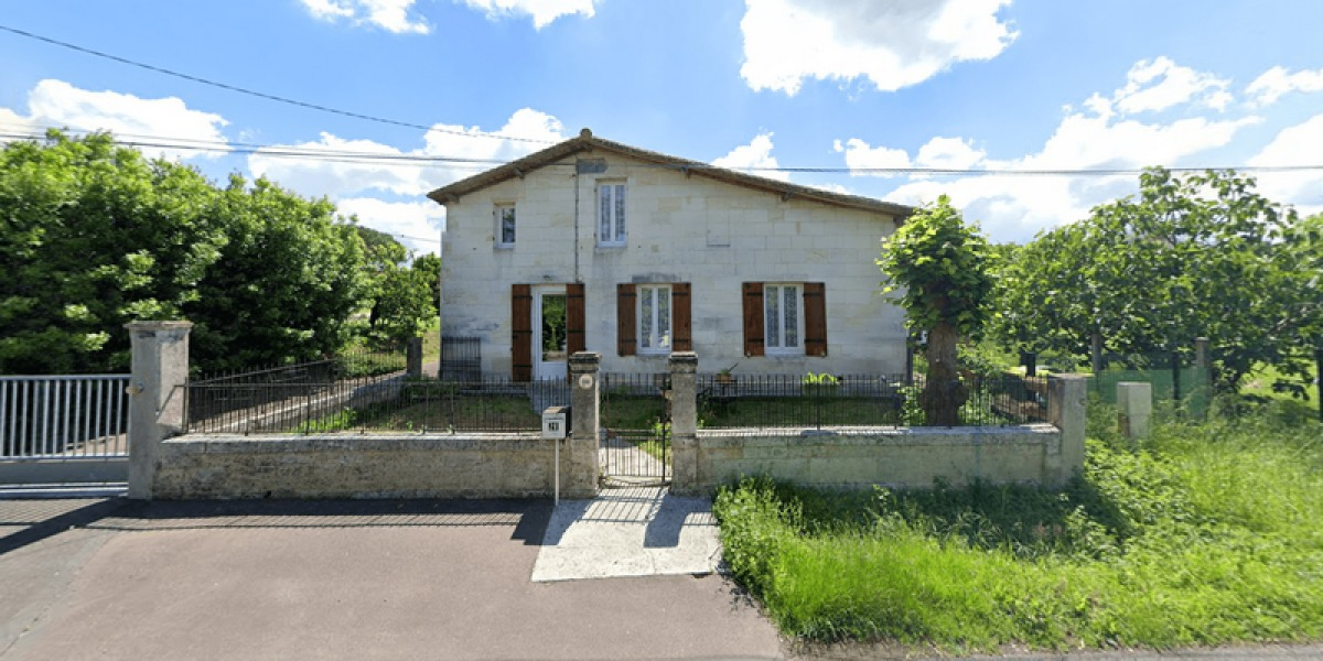Immobilier neuf à Saint-Loubès – Dans la rue Saint Aignan près du centre-bourg de Saint-Loubès, d'anciennes bâtisse en pierres blanches constituent le paysage immobilier local