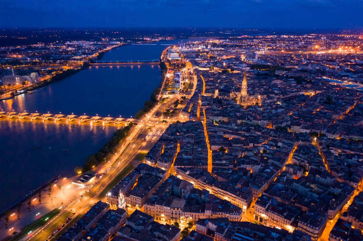 Crédit immobilier à Bordeaux - Vue aérienne de la ville de Bordeaux de nuit