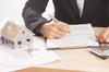 aides à l'achat immobilier neuf - Un homme signant un acte de vente pour l'acquisition d'une maison neuve
