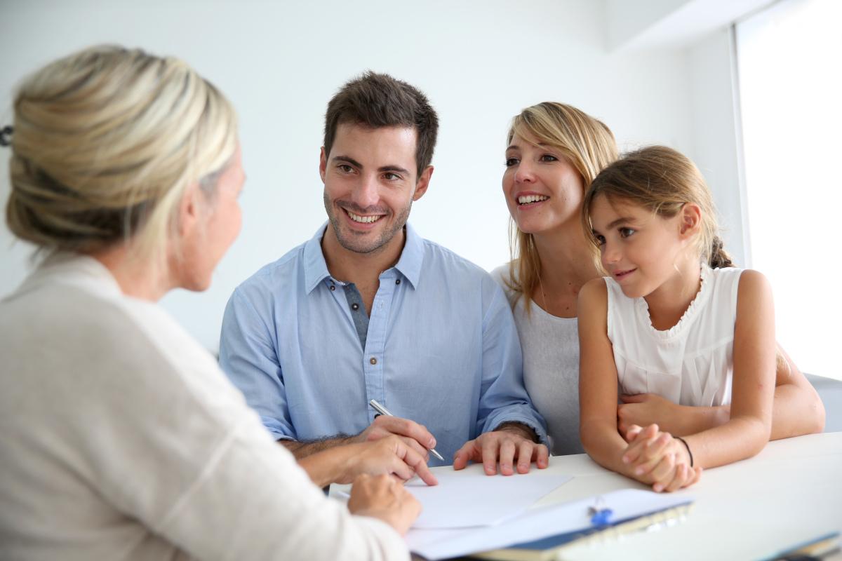aides à l'achat immobilier neuf - Une famille achetant son premier logement neuf