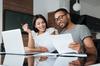 aides à l'achat immobilier neuf - Un couple analysant ses finances