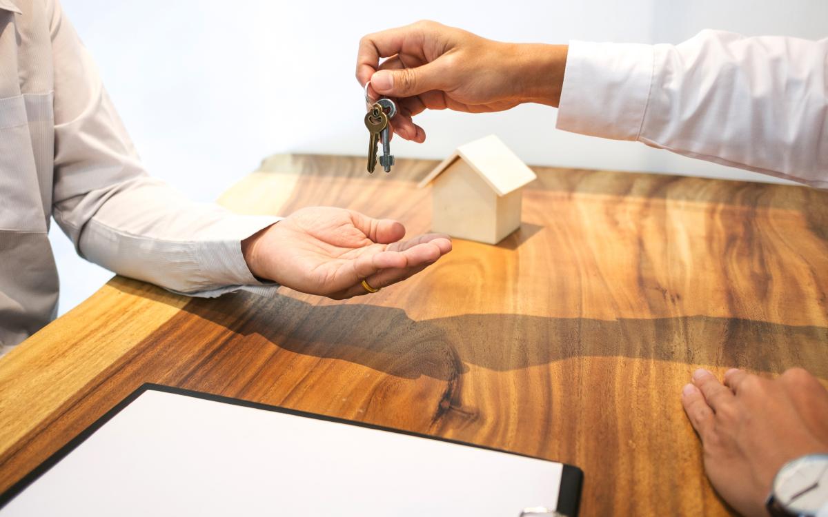 mandat de gestion locative à bordeaux - Une remise de clef à une agence pour la location d'un logement
