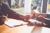 mandat gestion locative bordeaux - un rendez-vous en agence immobilière pour signer un mandat de gestion locative