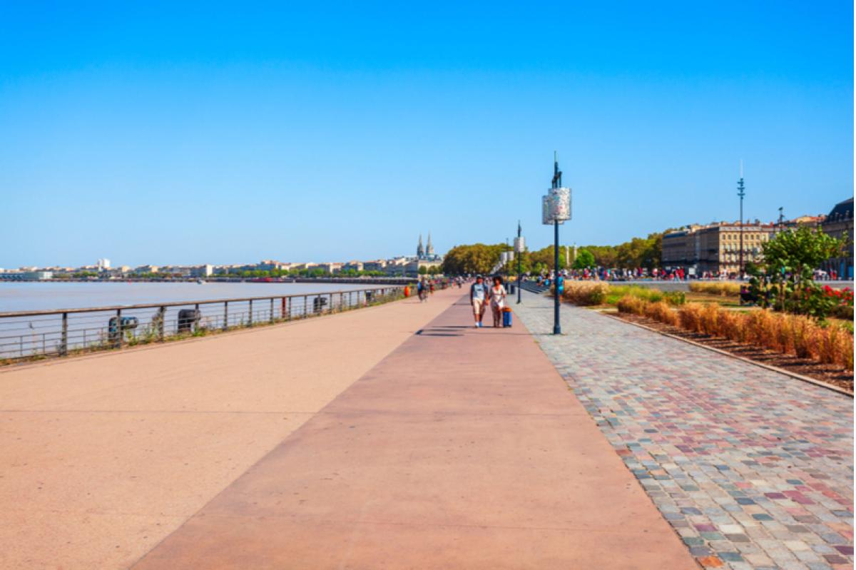 Boulevard de Bordeaux - Espace piéton sur les quais de la métropole de Bordeaux en France