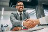 Renégocier prêts immobiliers - courtier en crédit souriant à son client