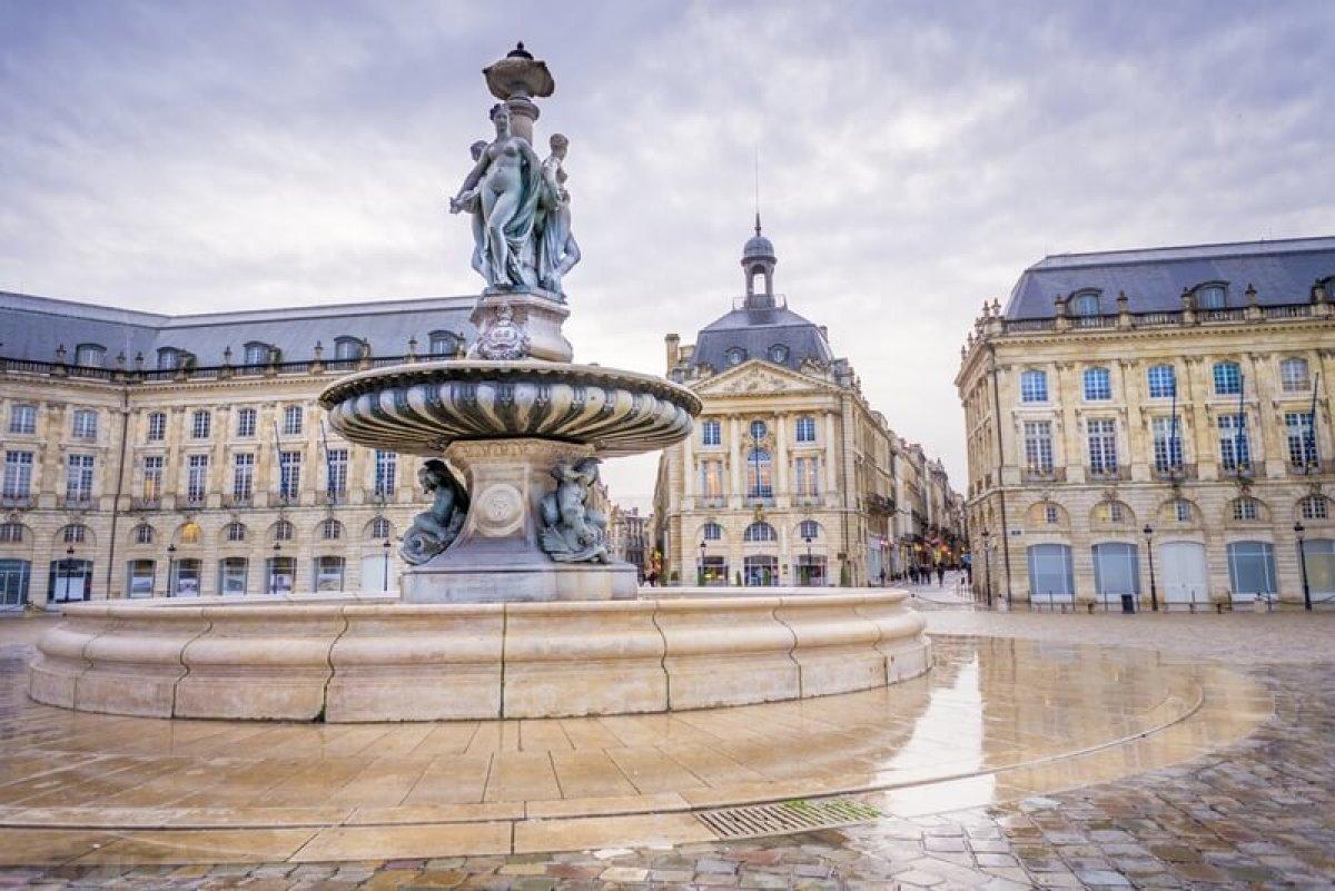 La Place de la Bourse et sa fontaine à Bordeaux