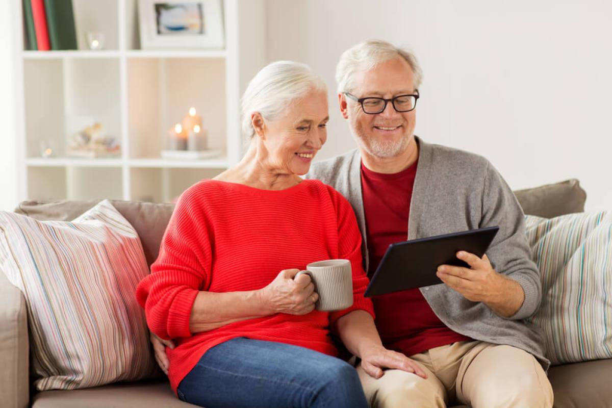 couple de seniors qui consulte sa tablette