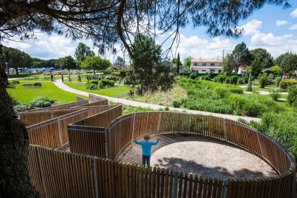 Un enfant qui joue dans un des espaces verts de Saint-Médard-en-Jalles