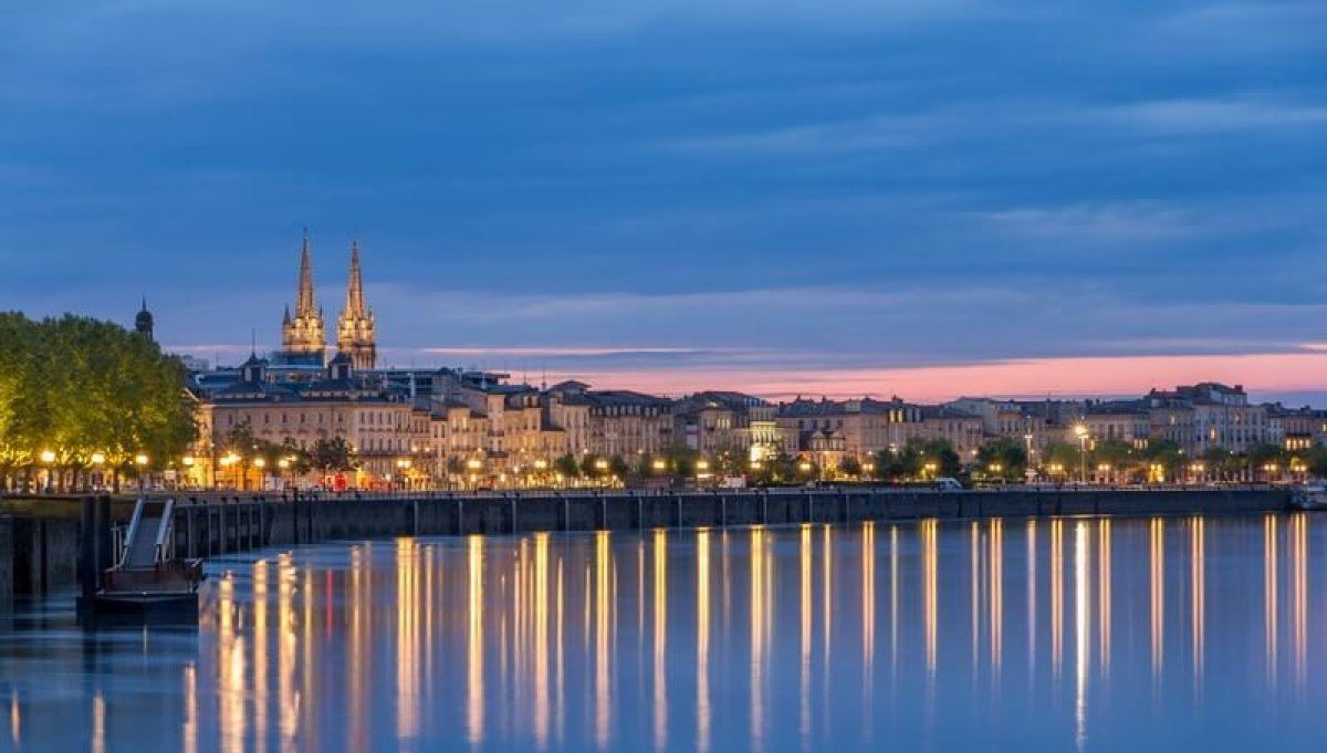 Panorama de la ville de Bordeaux en soirée et ses lumières