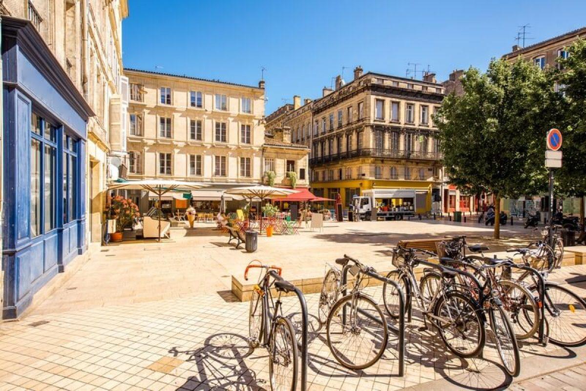 Une petite place en plein cœur de Bordeaux en été