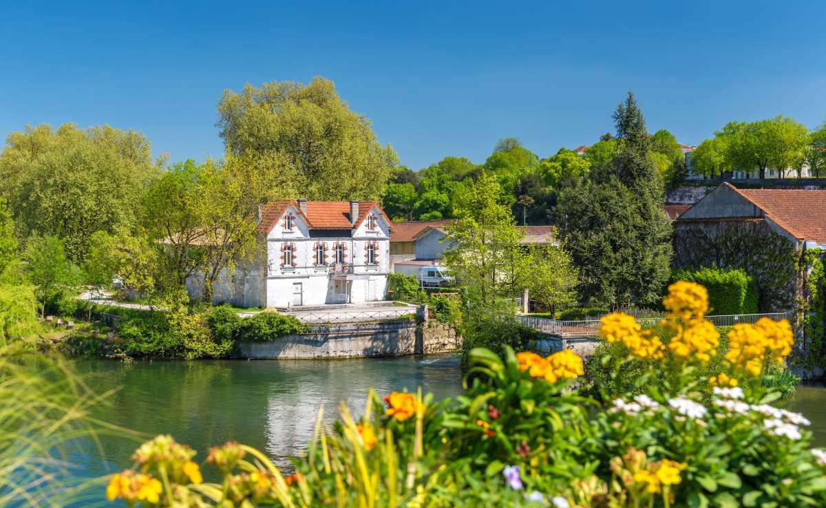 Prix immobiliers Bordeaux - Paysage pittoresque de la Charente à Cognac