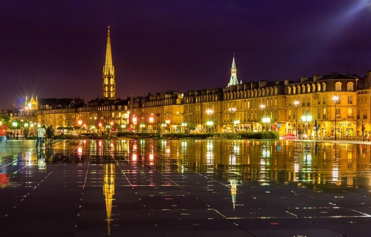 Le miroir d'eau à Bordeaux, place de la Bourse, vu de nuit