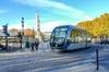 Le tramway de Bordeaux circulant en plein centre-ville de Bordeaux
