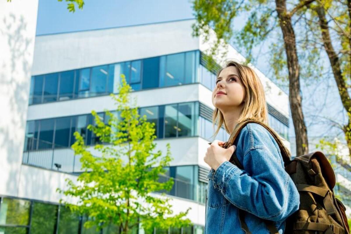 Louer un appartement neuf à Bordeaux - jeune étudiante à la recherche d'un logement à Bordeaux