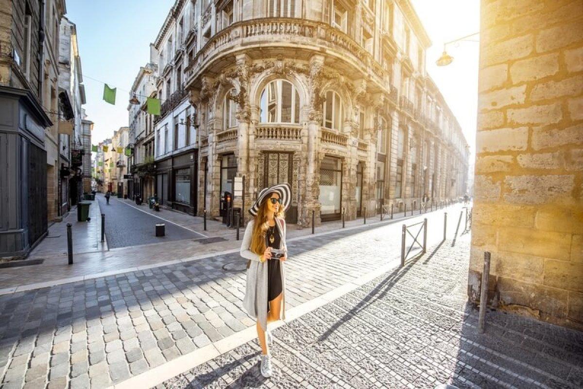 Louer un appartement neuf à Bordeaux - jeune femme marchant dans les rues de Bordeaux