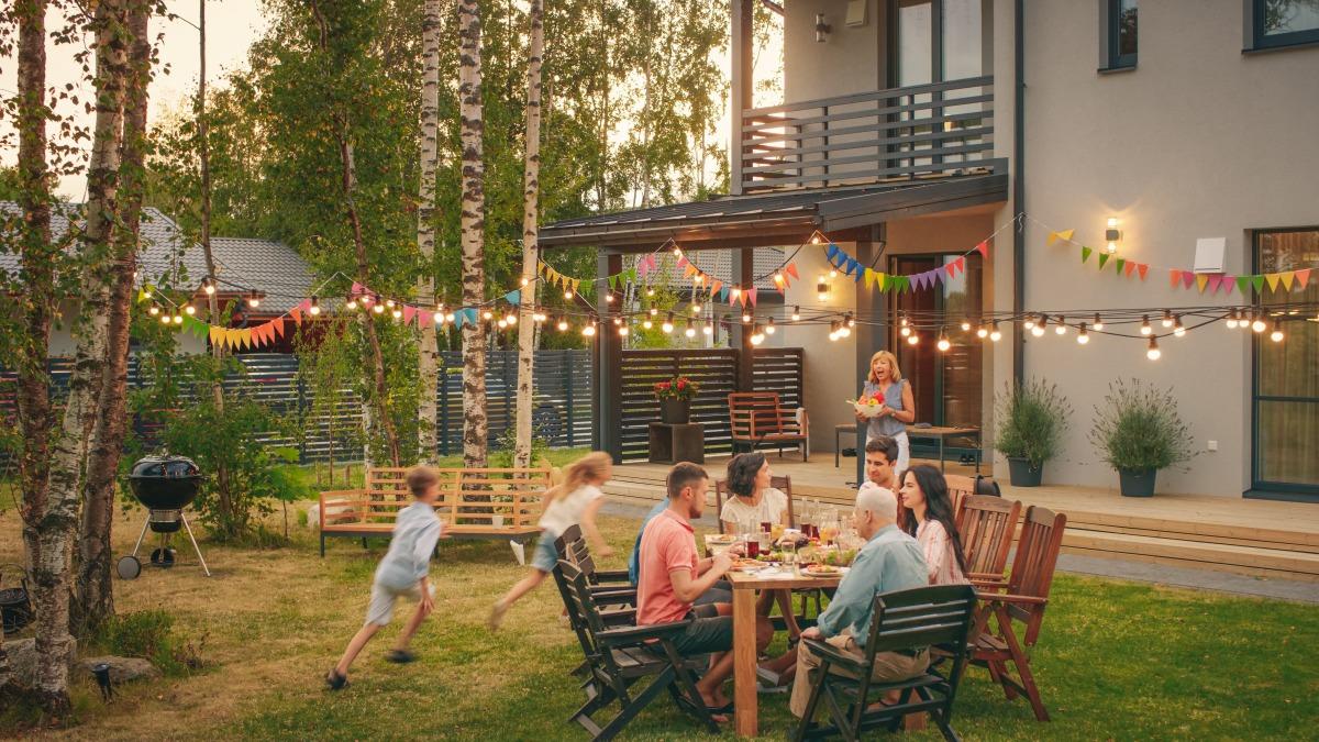 eco quartier Bordeaux Bastide - Des voisins partagent un repas dans un jardin partagé