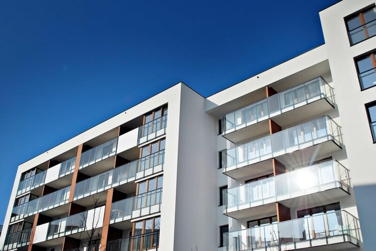 résidence neuve avec des balcons en verre