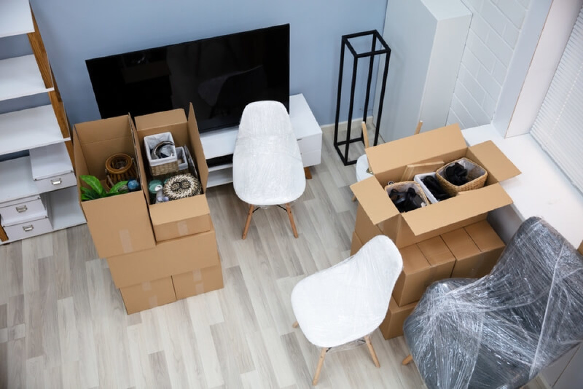 Un déménagement en préparation avec des cartons remplis