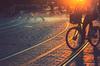 Un vélo au coucher du soleil à Bordeaux
