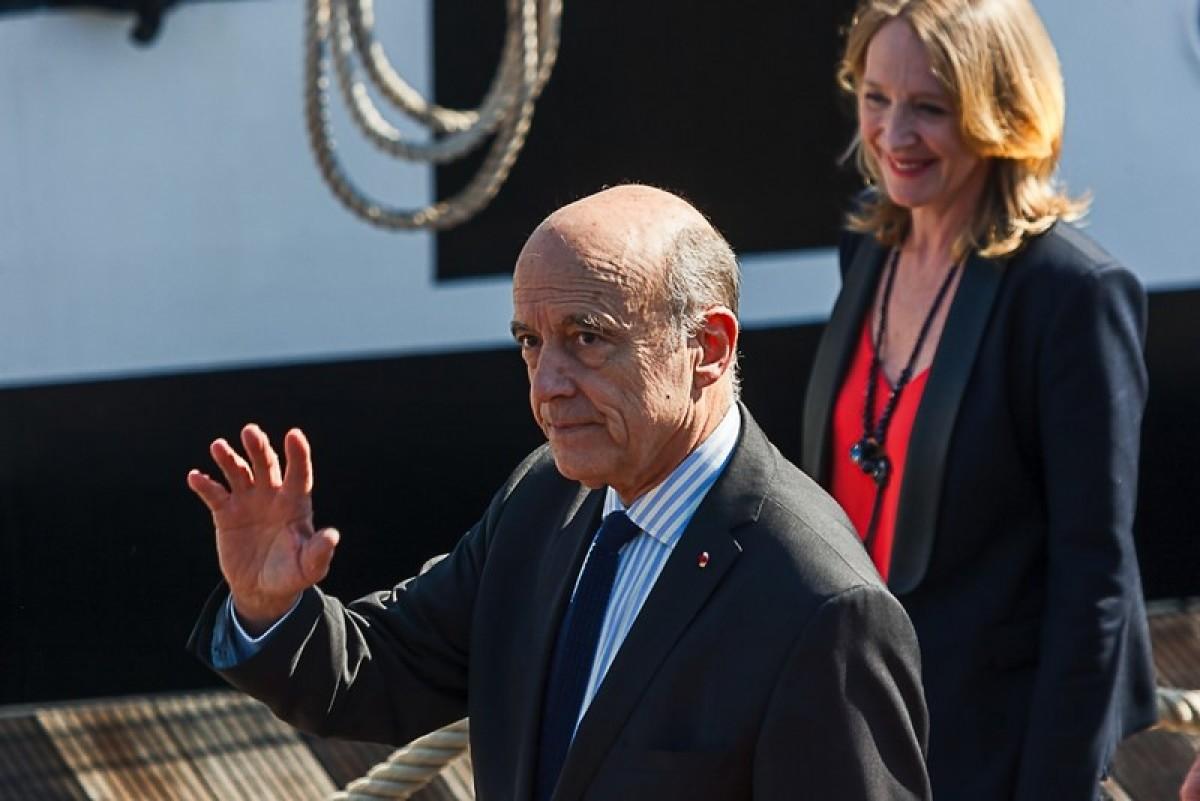 Alain Juppé maire de Bordeaux, au premier plan, une dame au second plan