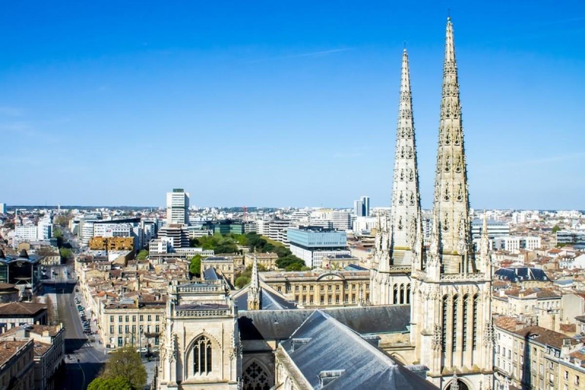 Les toits de Bordeaux et le ciel bleu