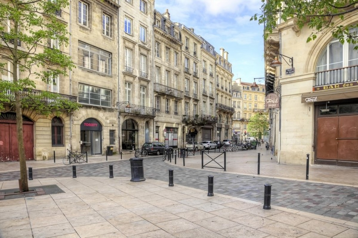 Rues et places dans le centre historique de la vieille ville au petit matin