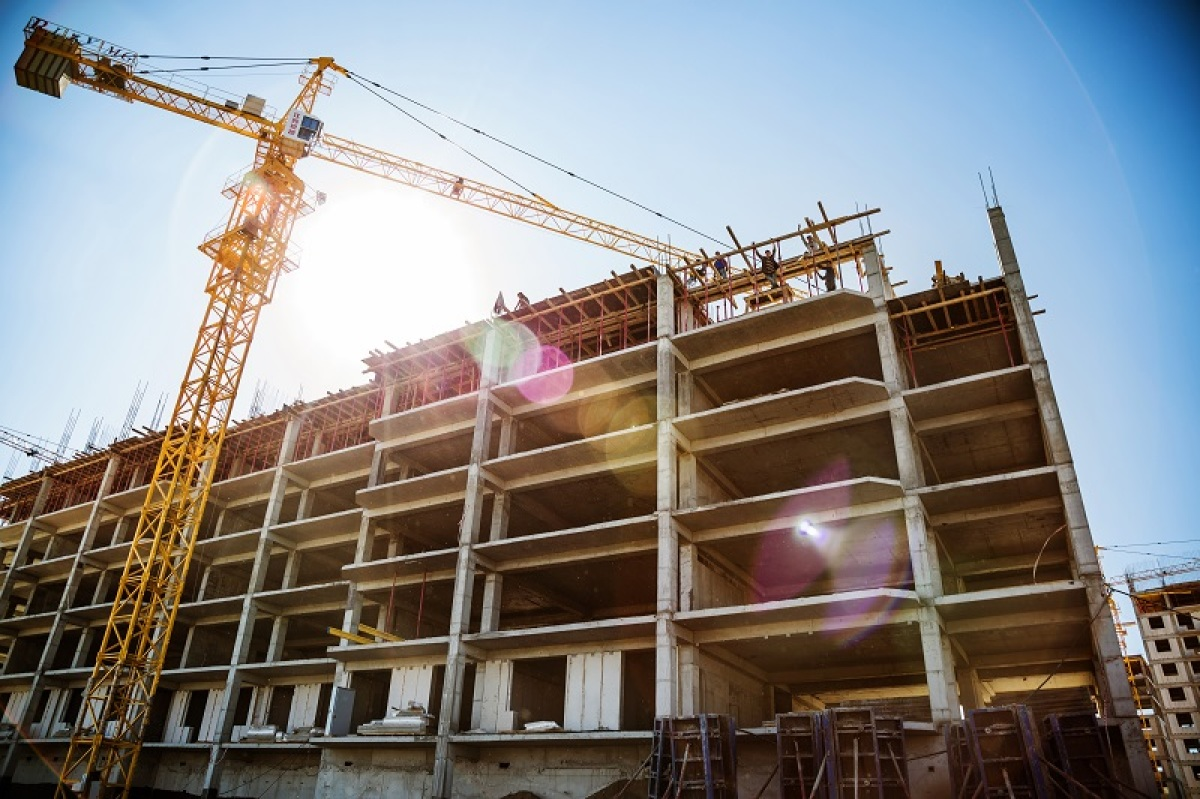 Photo d'un chantier avec grue