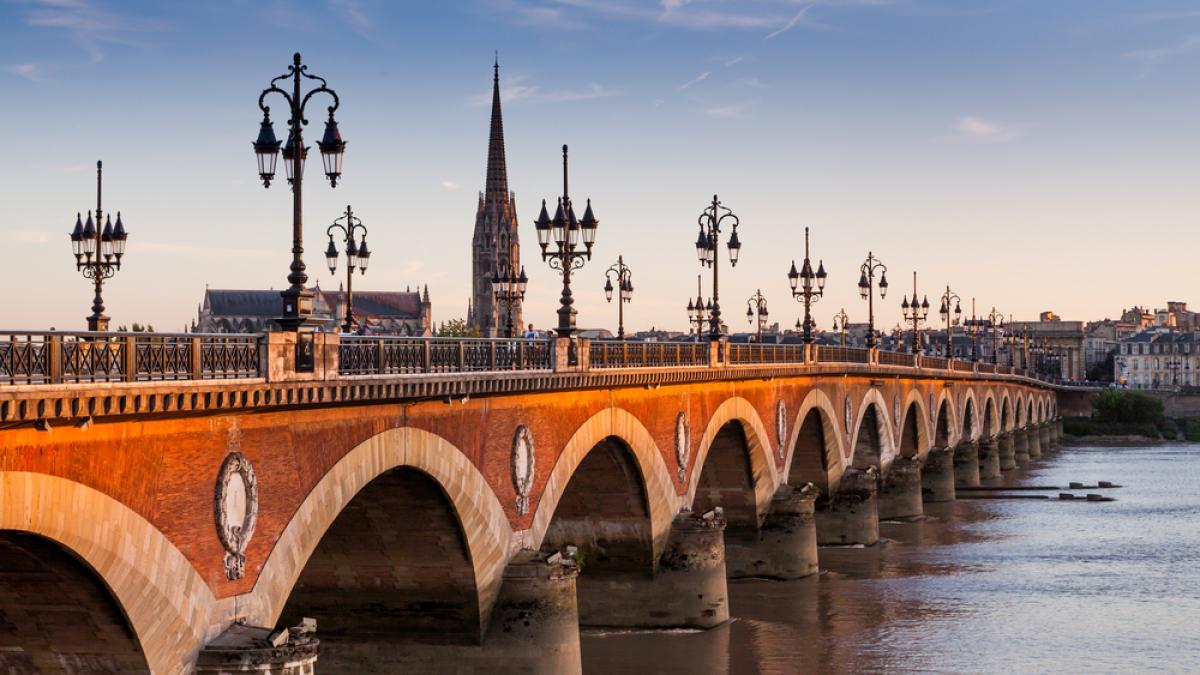 Bordeaux élue la ville la plus tendance au monde – vue sur le Pont de Pierre à Bordeaux