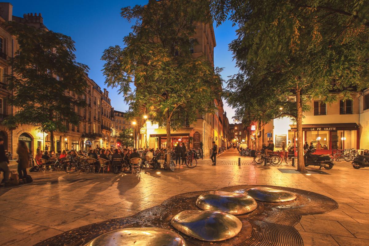 plafond loyer pinel bordeaux - Place de la porte Cailhau à Bordeaux en soirée