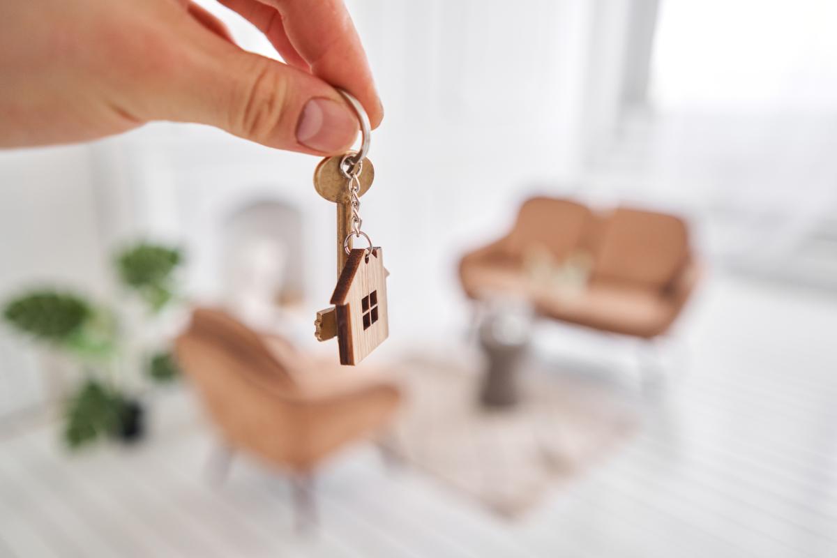 investissement locatif bordeaux loi pinel - Une main tenant une clé