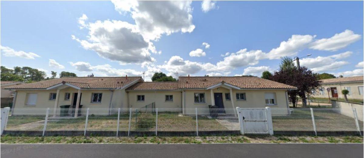 Les maisons datant des années 2000 ont été construites le long de la route de Loustaou Vieil où d'anciennes bâtisses profitent de grands jardins