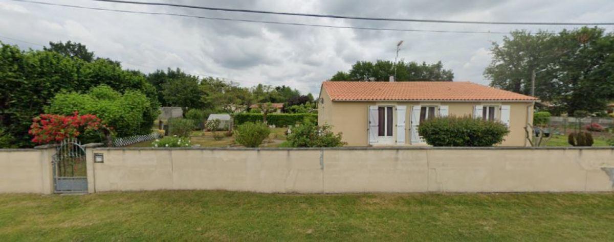 Des maisons individuelles avec de grands terrains profitent de la quiétude de la rue de la Lande