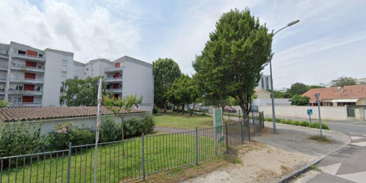 Collectifs d'appartements et rues des années 60 rythment la rue de Treytins, axe central du quartier Vigean à Eysines