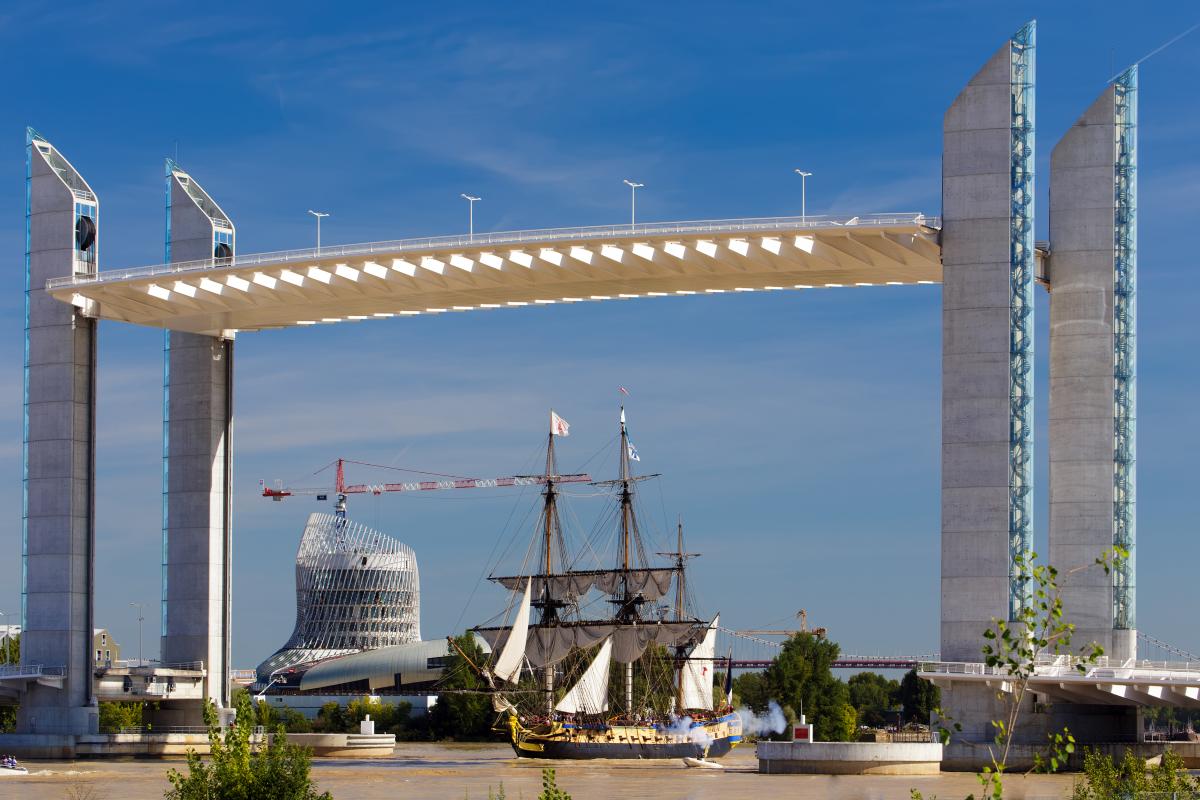 Histoire de Bordeaux - Le pont Jacques Chaban Delmas et la Cité du Vin en fond, avec la réplique de l'Hermione sur la Garonne