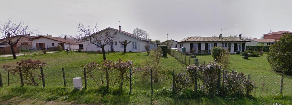 Des pavillons individuels longent un des axes majeurs de Saint-Médard-d'Eyrans