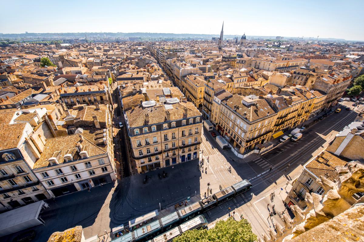 fiscalité à Bordeaux - Vue aérienne de la ville de Bordeaux par beau temps