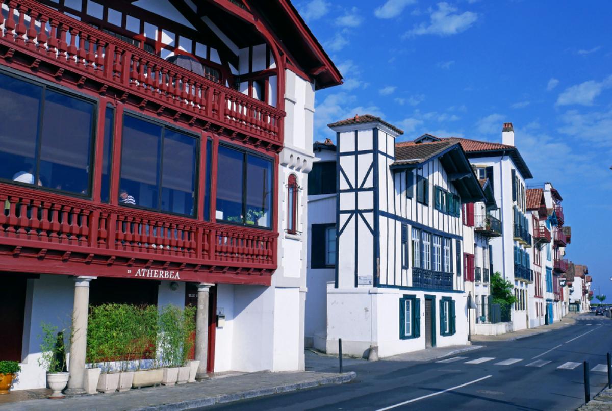 Immobilier au Pays Basque – Vue sur des villas à Ciboure