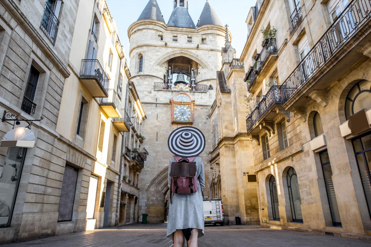 jeune femme devant la Grosse Cloche à Bordeaux Bordeaux