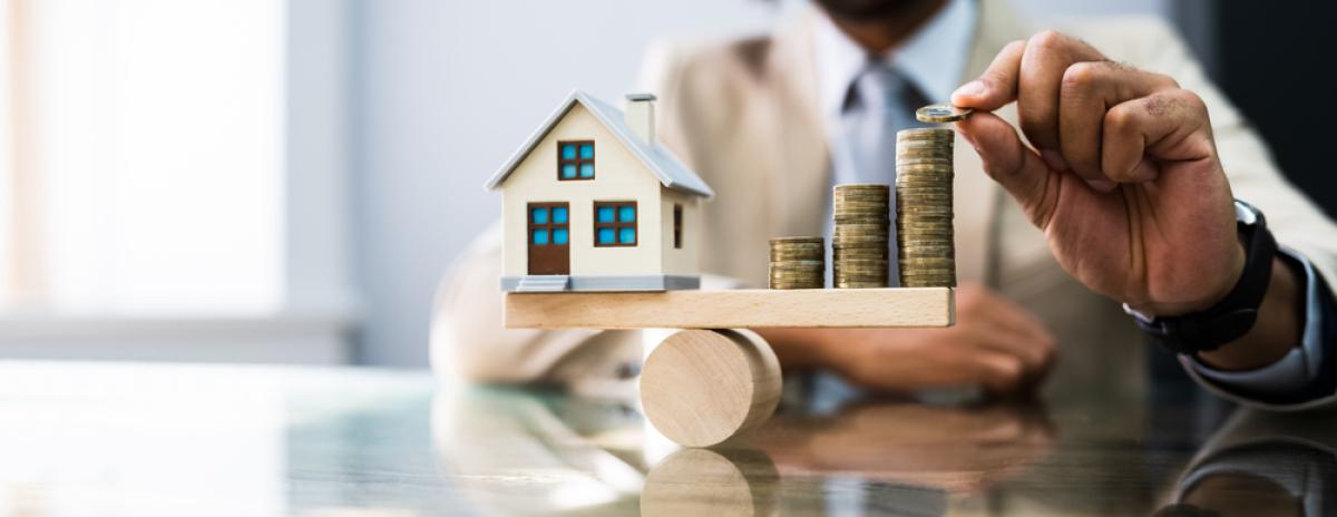 Immobilier neuf à Bordeaux – concept d'équilibre entre argent et maison