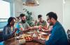 coliving bordeaux - des colocataires partageant un repas