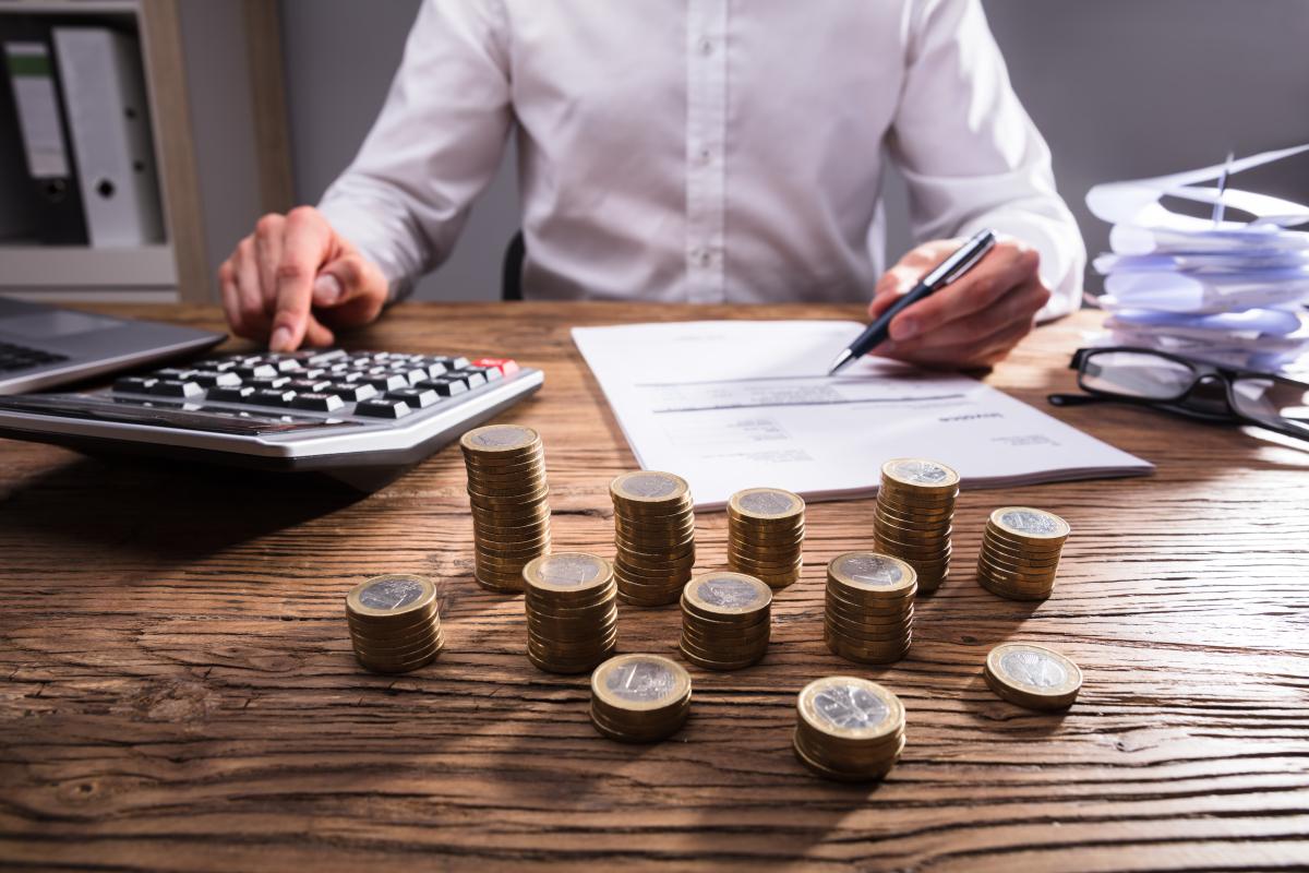 Pinel 2021 - Un homme faisant sa comptabilité