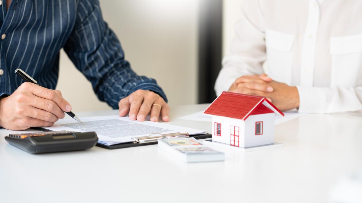 Pinel 2021 - Des personnes calculant leurs revenus locatifs