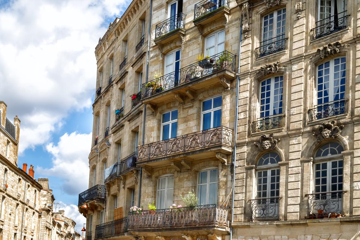 logement bordeaux - l'architecture typique de Bordeaux avec des façades en pierres blondes