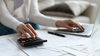 Aides à la transition énergétique - une femme faisant sa comptabilité