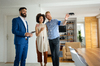 Un couple visite un appartement avec un gestionnaire locatif