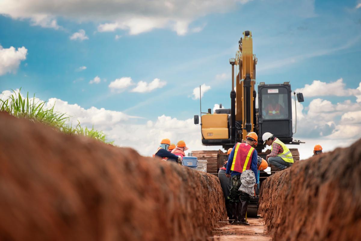 Ligne Nantes-Bordeaux-Des ouvriers et un pelle mécanique sur un chantier
