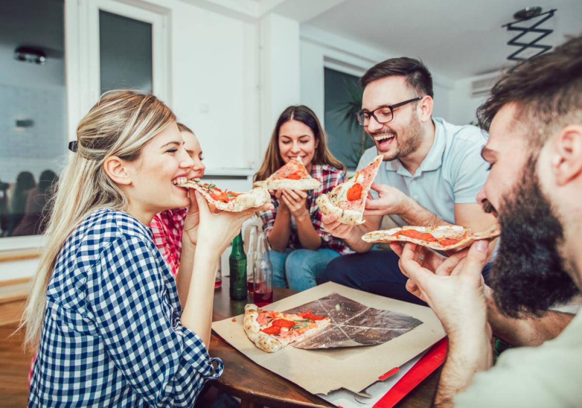Investissement locatif Bordeaux – des colocataires autour d'une pizza