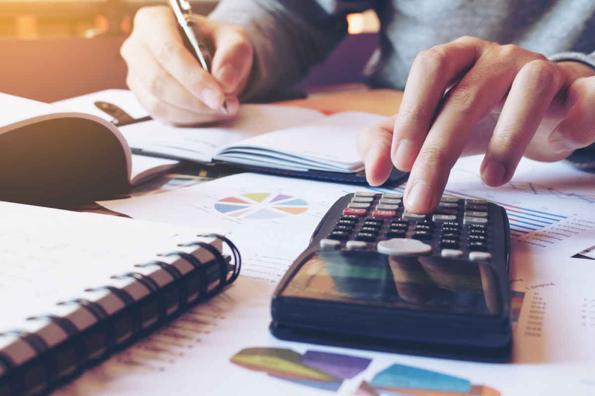 Déficit Foncier à Bordeaux – homme calculant son revenu foncier