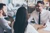 VEFA à Bordeaux– Couple en rendez-vous qui serre la main avec un agent immobilier