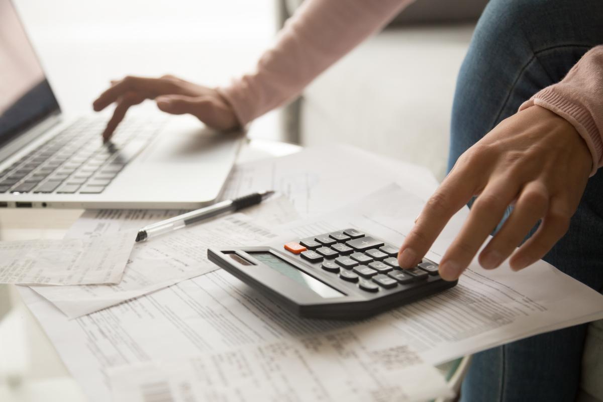 SCPI Bordeaux – homme calculant ses impôts